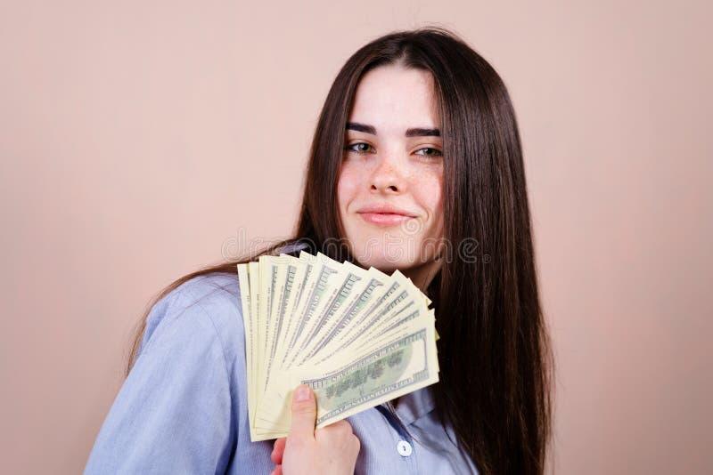 Frau, die froh in ihrem Handlos Dollar h?lt lizenzfreie stockfotos