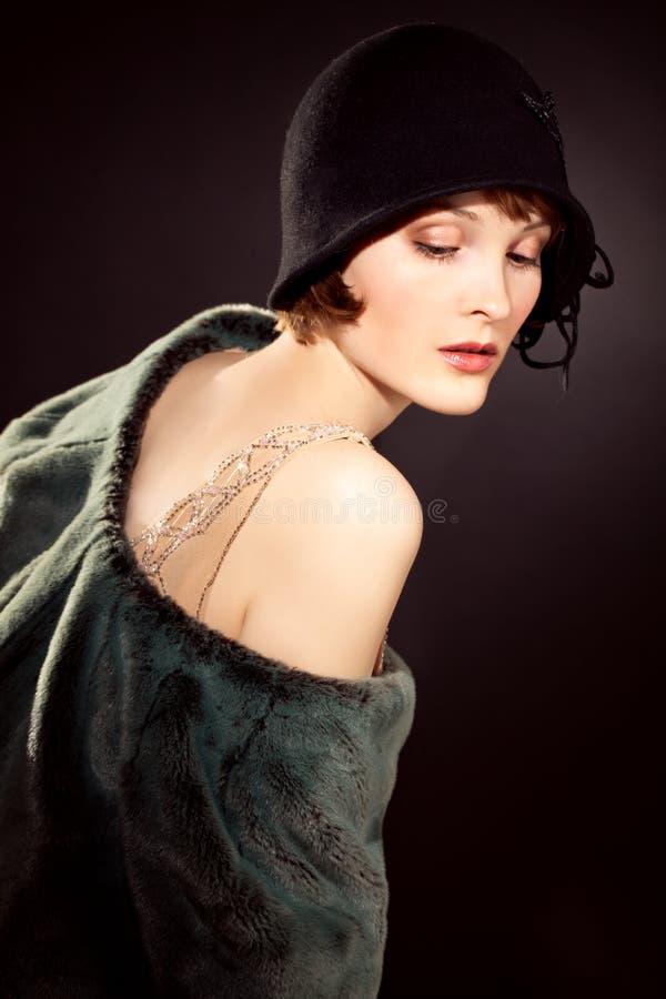 Frau, die geglaubten Hut trägt stockfotografie