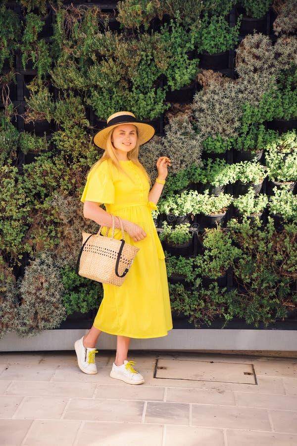 Frau, die in gelbes Kleid an alter Stadt Paphos geht stockfotografie