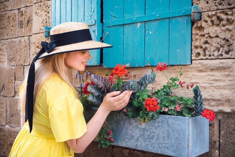 Frau, die in gelbes Kleid an alter Stadt Paphos geht stockfotos
