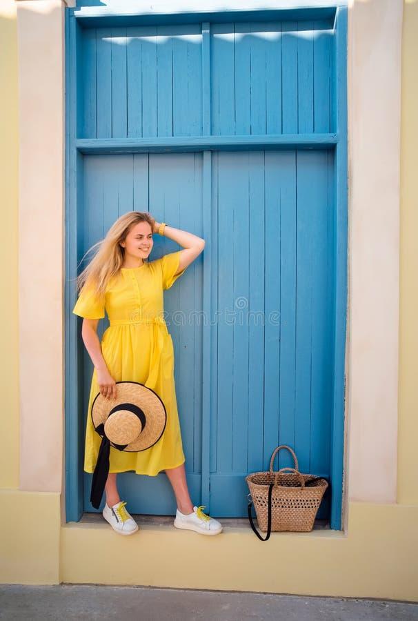 Frau, die in gelbes Kleid an alter Stadt Paphos geht stockbild