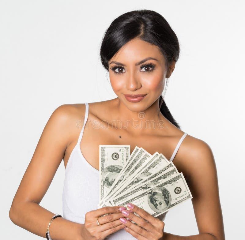Frau, die Geld hält lizenzfreies stockfoto
