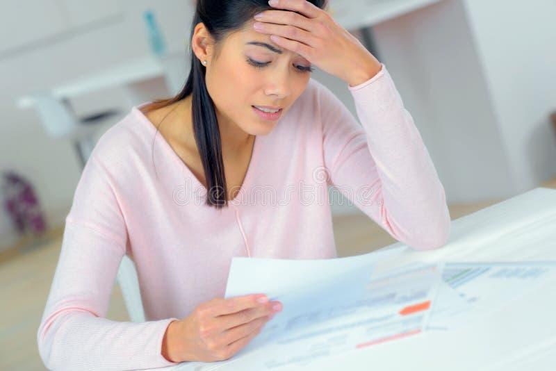 Frau, die Geldprobleme macht stockbilder