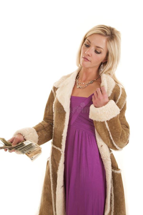 Frau, die Geldpurpurfrack hält lizenzfreies stockfoto
