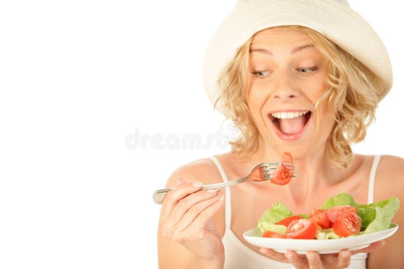 Frau, die Gemüsesalat isst lizenzfreie stockfotografie