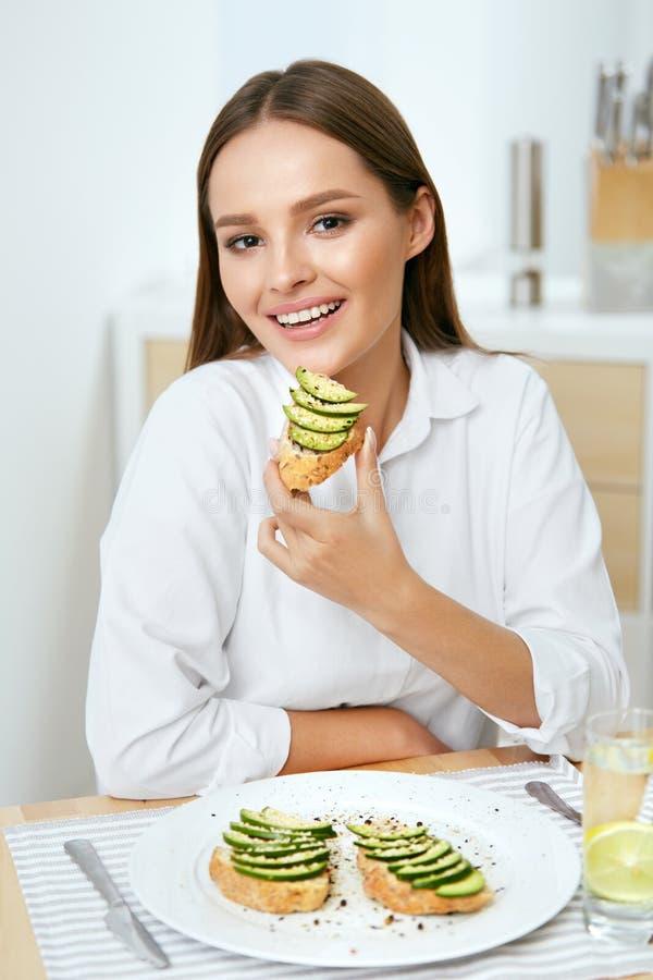 Frau, die gesunde Diät-Lebensmittel isst stockfotografie