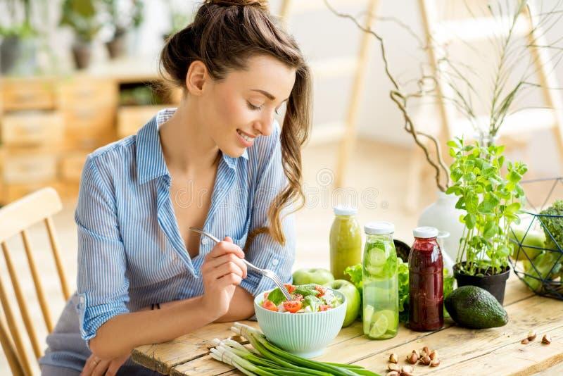 Frau, die gesunden Salat isst stockfotografie