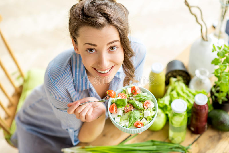 Frau, die gesunden Salat isst stockfotos