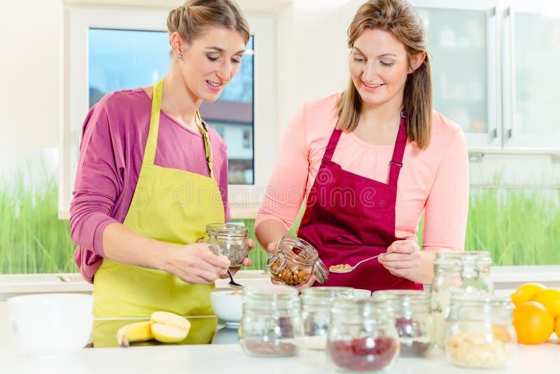Frau, die gesundes Hafermehlfrühstück zubereitet lizenzfreies stockfoto