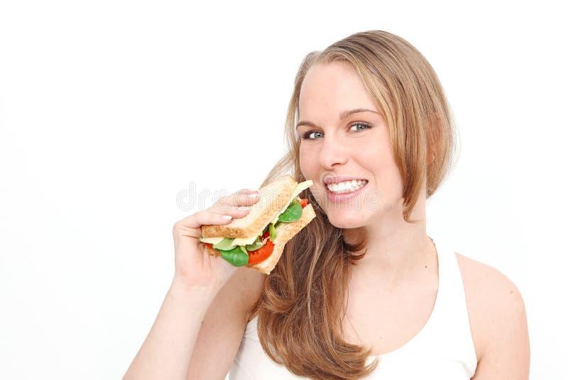 Frau, die gesundes Sandwich isst stockfotografie