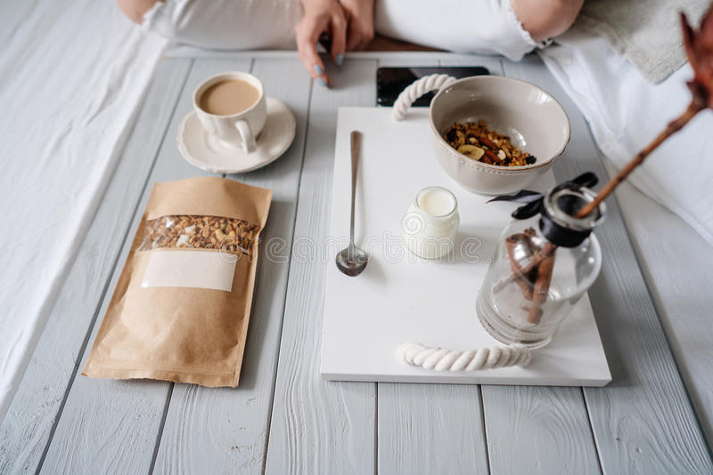 Frau, die Getreide im Bett isst lizenzfreie stockfotografie