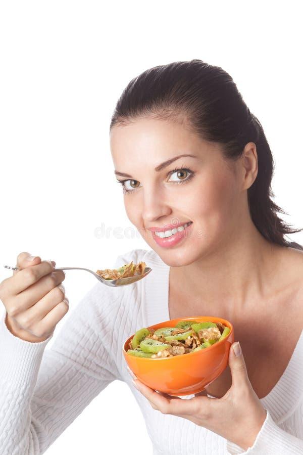 Frau, die Getreidemusselin isst lizenzfreies stockbild