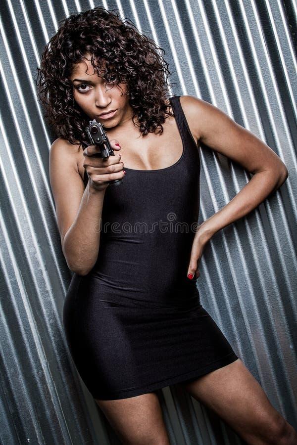 Frau, die Gewehr hält lizenzfreies stockbild