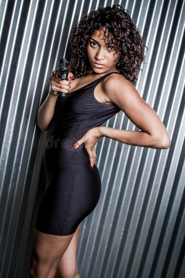 Frau, die Gewehr zeigt stockfotografie