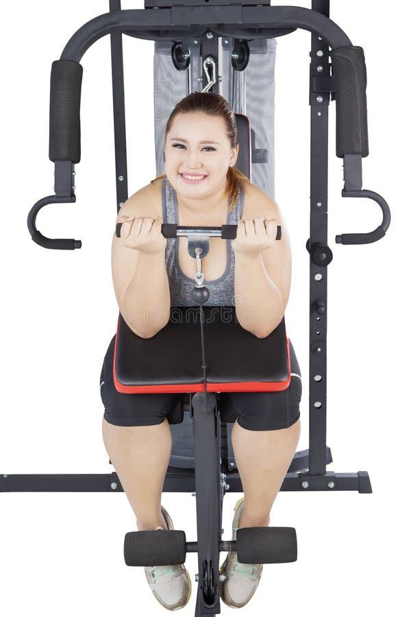Frau, die Gewichtheben auf Studio tut stockbild