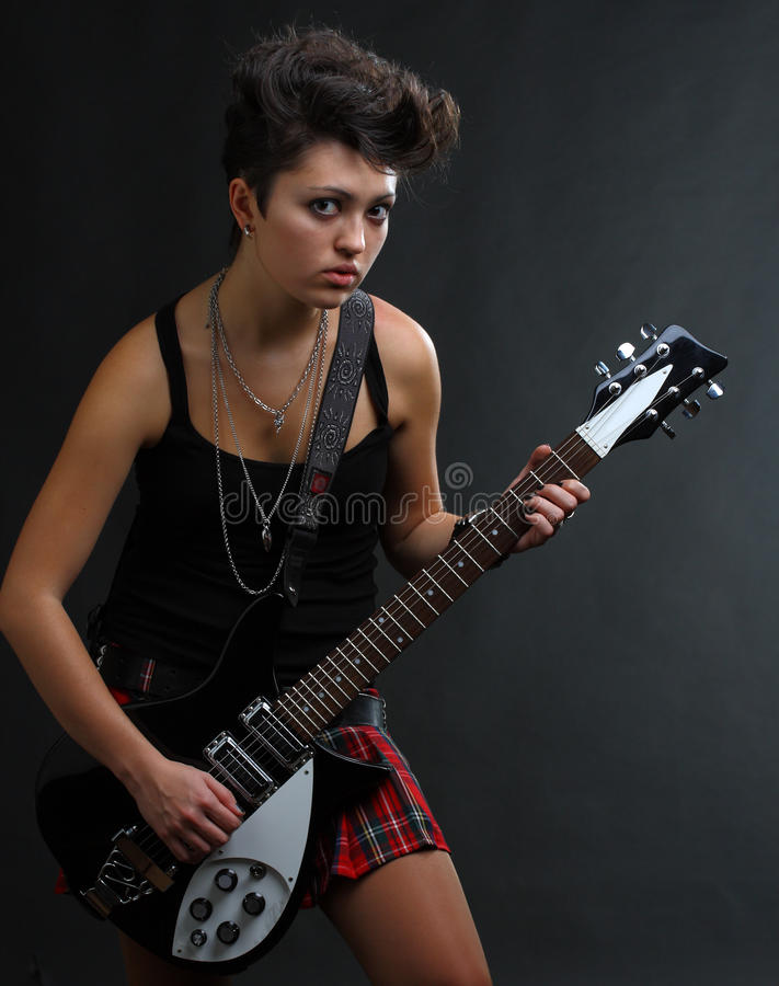 Frau, die Gitarre spielt lizenzfreies stockfoto