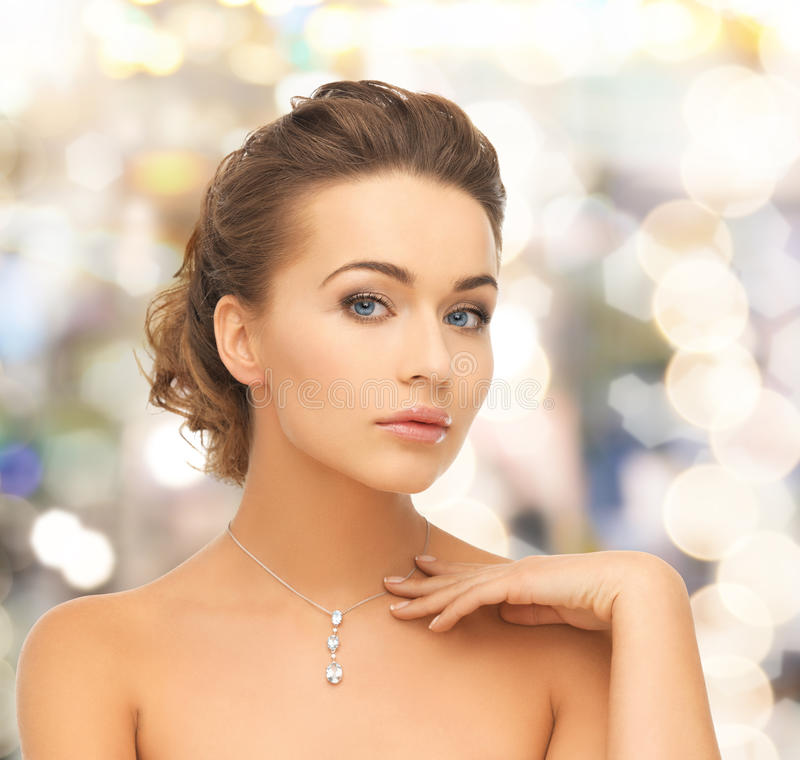 Frau, die glänzenden Diamantanhänger trägt stockbild