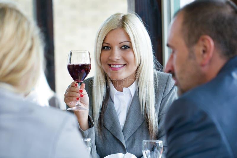 Frau, die Glas Rotwein hält stockfoto