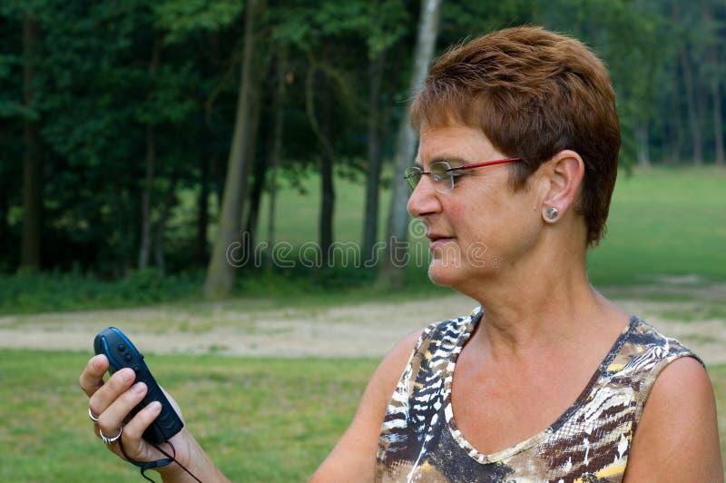 Frau, die gps - 1 verwendet lizenzfreies stockfoto