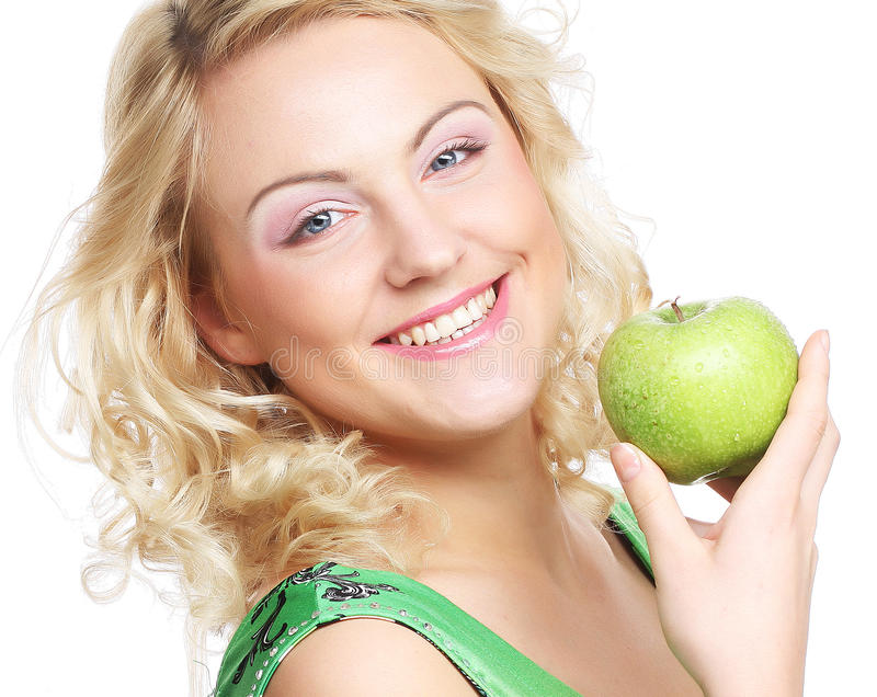 Frau, die grünen Apfel anhält stockfotografie