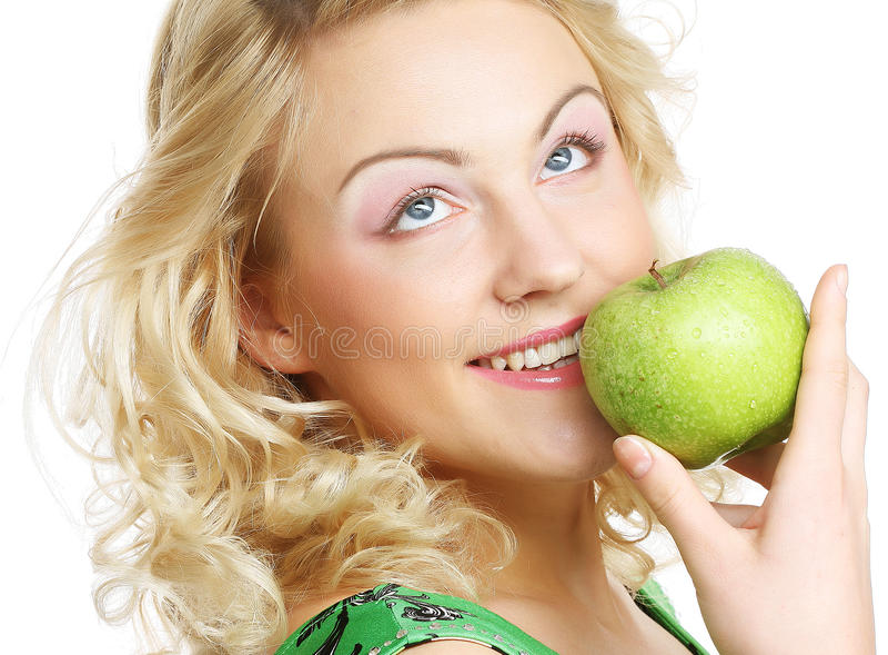 Frau, die grünen Apfel anhält lizenzfreie stockfotos