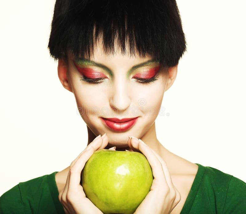 Frau, die grünen Apfel anhält stockfoto