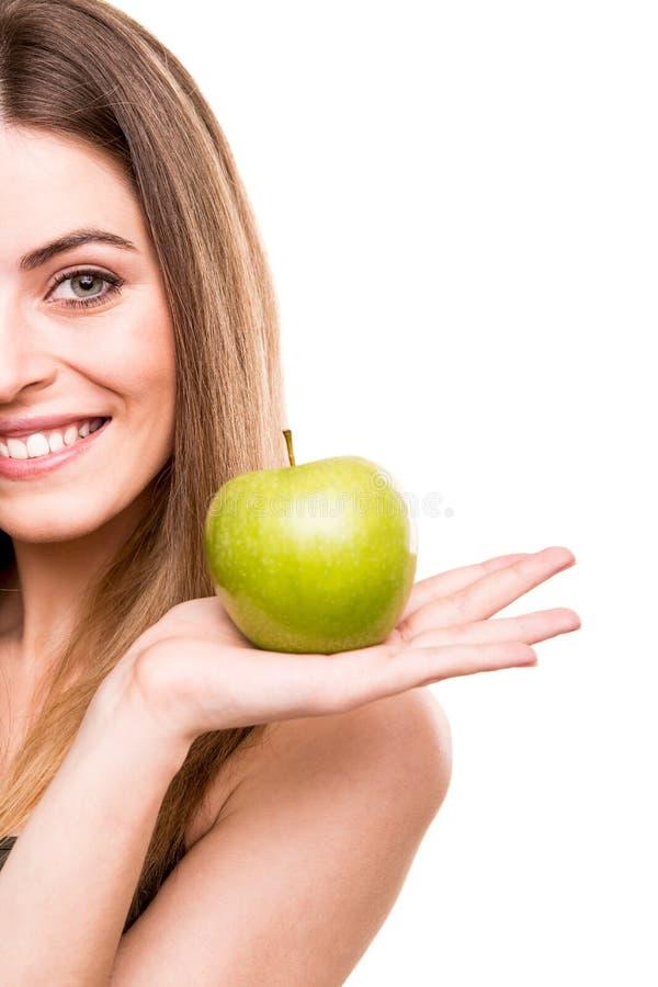 Frau, die grünen Apfel isst stockbilder