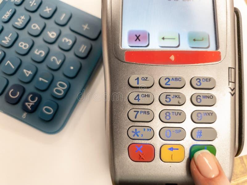 Frau, die grünen Knopf auf einer silbernen Zahlungsmaschine bedrängt Nahaufnahme des Bankzahlungsanschlusses Verarbeitung des NFC stockfotos
