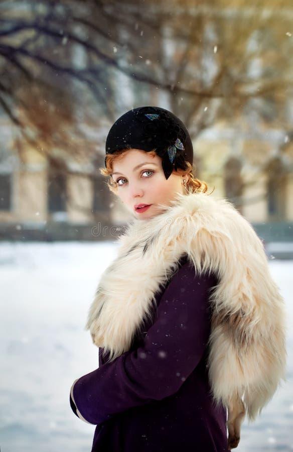 Frau, die grauen geglaubten Hut im Retro stlyle trägt stockbilder