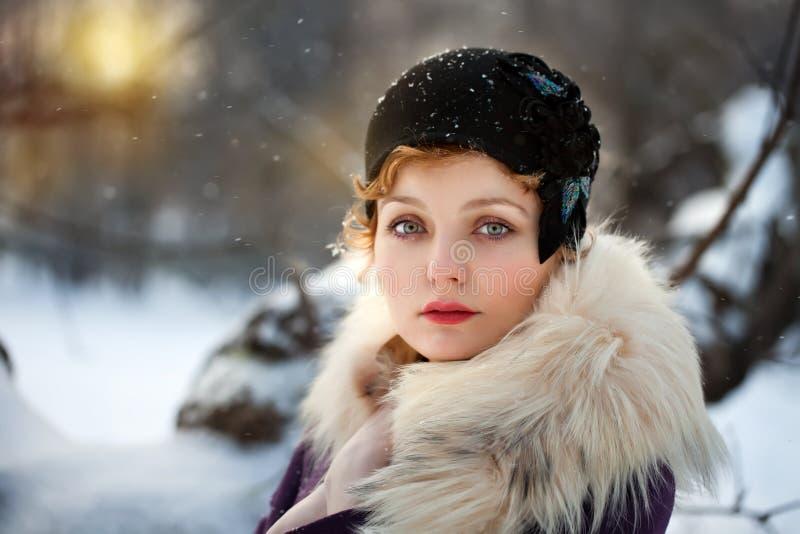 Frau, die grauen geglaubten Hut im Retro stlyle trägt stockfotos