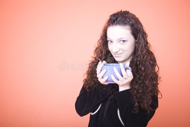 Frau, die großen Teacup anhält stockbild