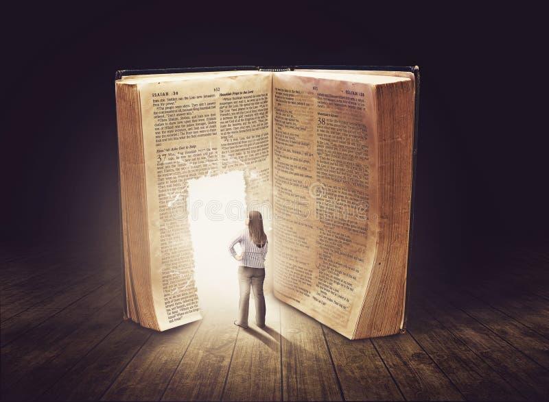Frau, die großes Buch betrachtet stockbild