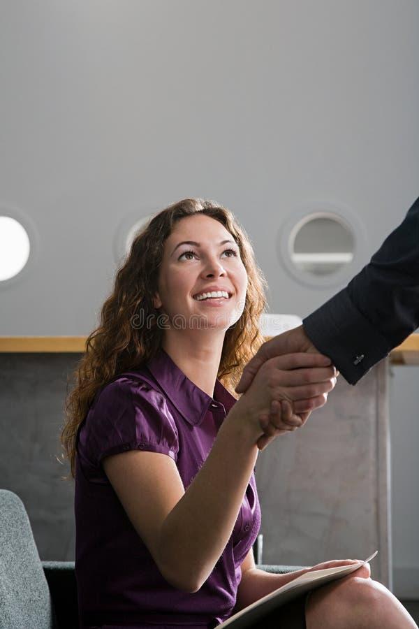 Frau, die Hände rüttelt lizenzfreies stockfoto