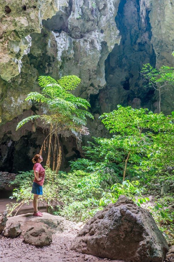 Frau, die in Höhle Tham Phraya Nakhon Phraya Nakhon steht stockbild