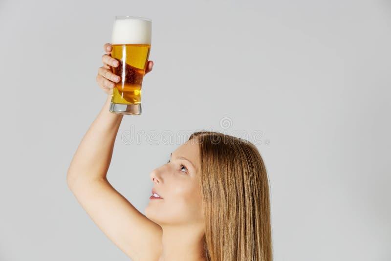 Frau, die Haar beerconditioner anwendet stockbilder