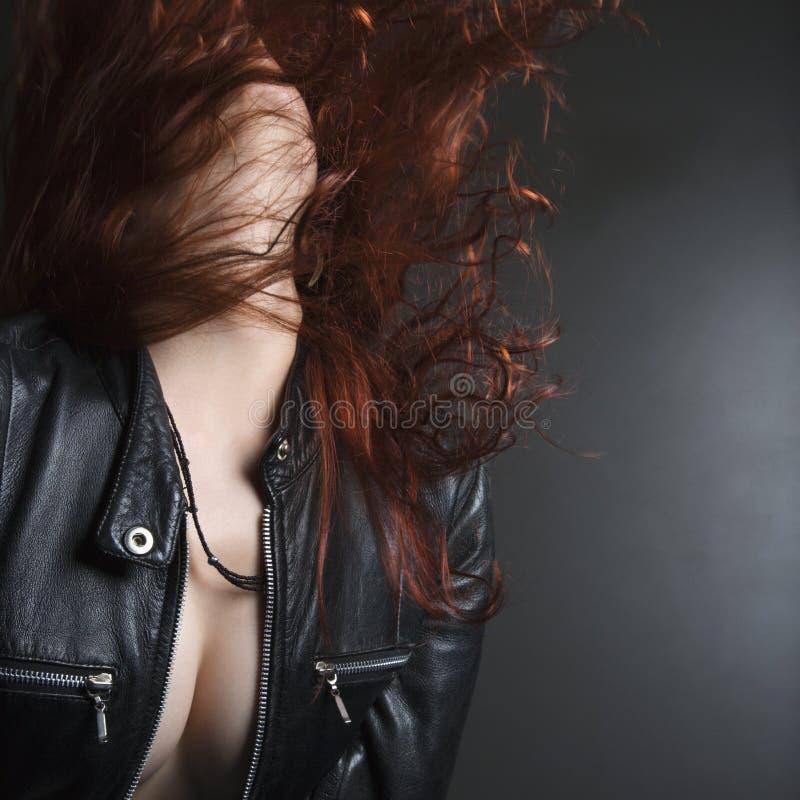 Frau, die Haar leicht schlägt. stockfoto