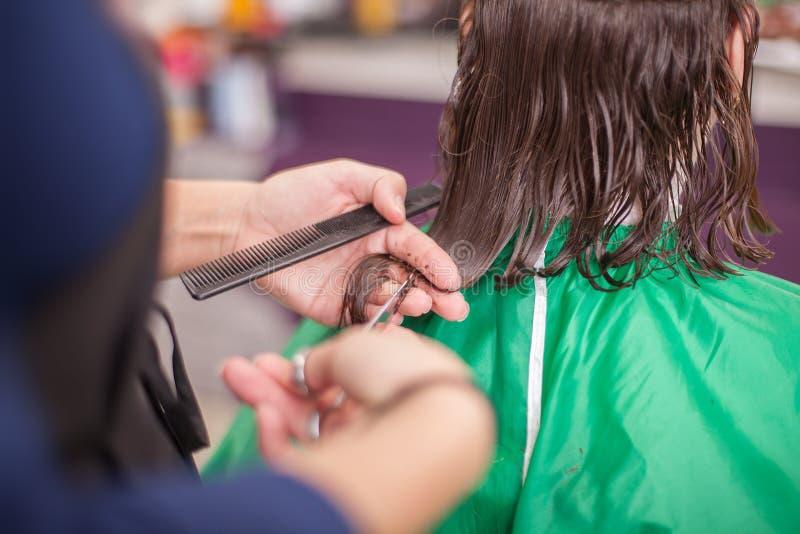 Frau, die Haarschnitt empfängt stockbilder