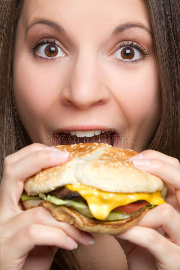 Frau, die Hamburger isst stockfotografie