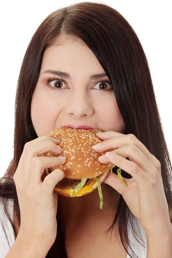 Frau, die Hamburger isst lizenzfreie stockfotos