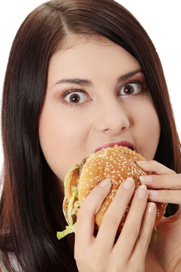 Frau, die Hamburger isst stockfotos