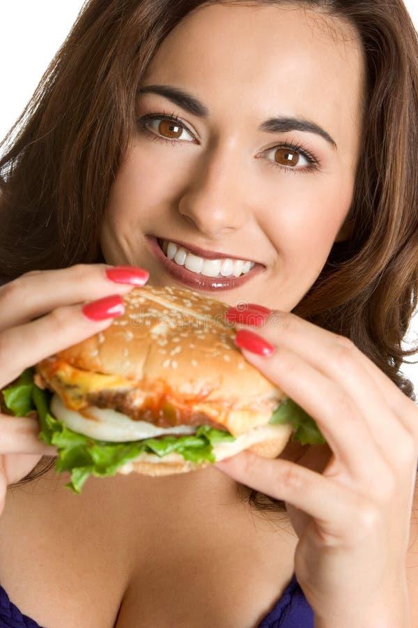 Frau, die Hamburger isst stockfoto