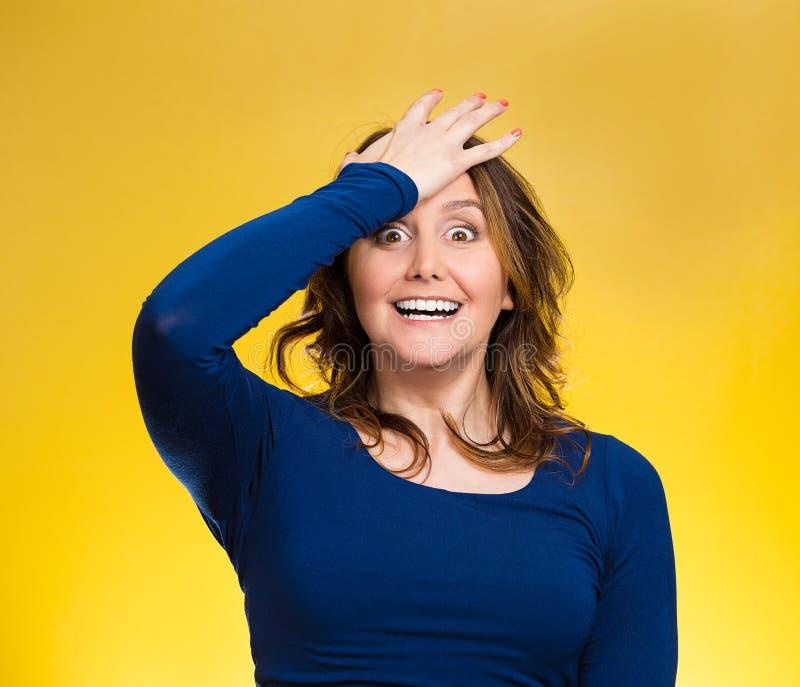 Frau, die Hand auf Kopf, Palme auf Gesichtsgeste duh im Moment setzt stockfotografie