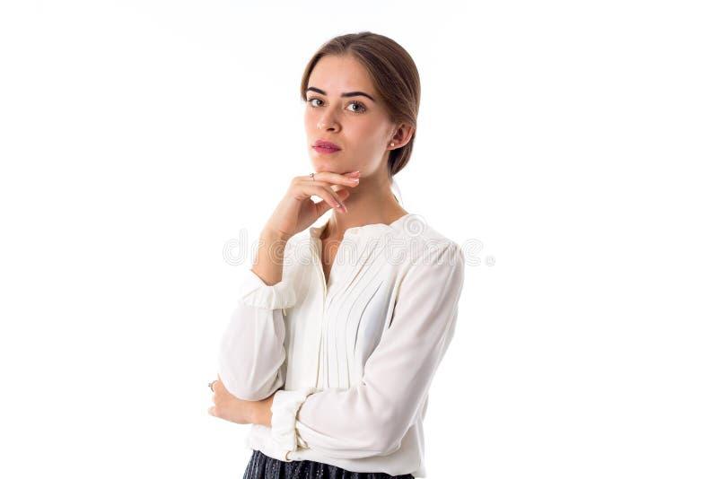 Frau, die Hand nahe dem Kinn hält lizenzfreie stockbilder