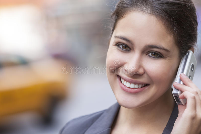 Frau, die am Handy in New York City spricht stockbilder