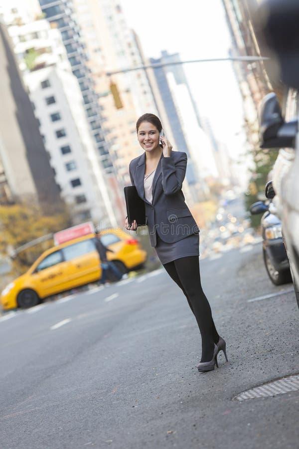 Frau, die am Handy in New York City spricht lizenzfreies stockfoto