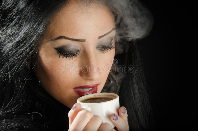 Frau, die heiße Kaffeetasse hält stockbild