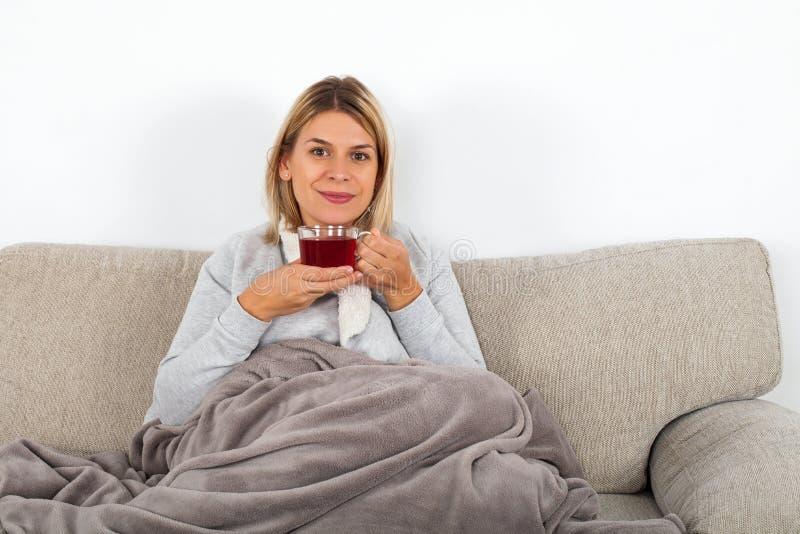 Frau, die heißen Tee trinkt stockbilder