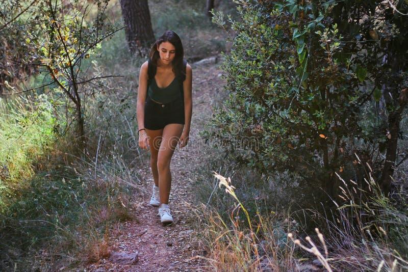 Frau, die herauf den Berg geht lizenzfreie stockfotografie