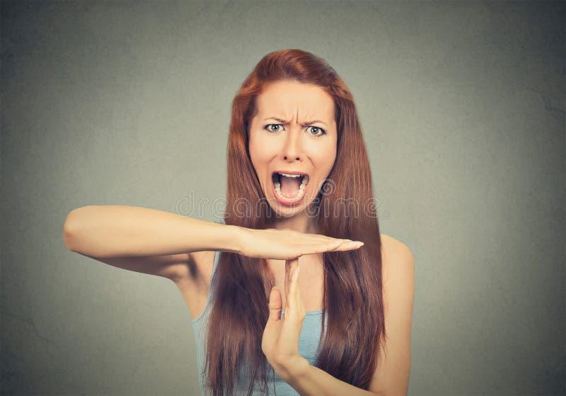 Frau, die heraus Handzeichen der Zeit, frustriertes Schreien zeigt stockfotografie