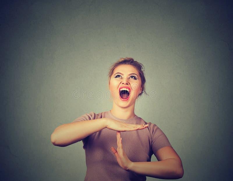 Frau, die heraus Handzeichen der Zeit, frustriertes Schreien zu stoppen zeigt lizenzfreies stockbild